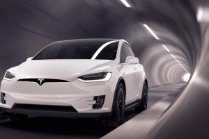 Відео: Електрокари Tesla влаштували незвичайне змагання під землею і в місті