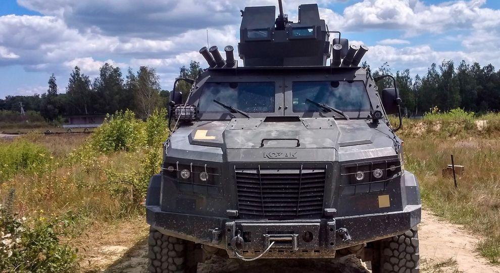 Нова військова автівка для армії пройшла і вогонь і воду (відео)