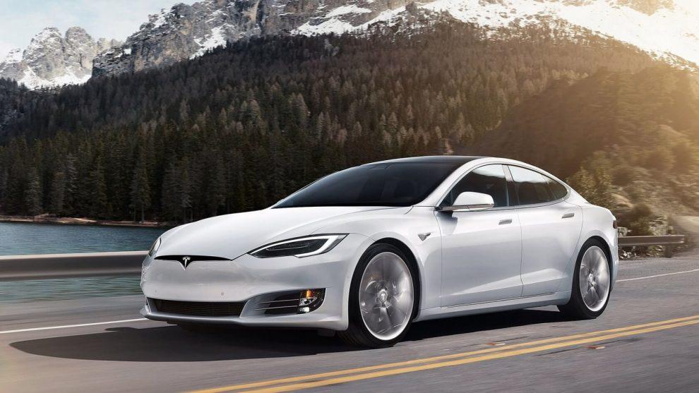 Електрокари Tesla отримають нову силову установку з трьома моторами