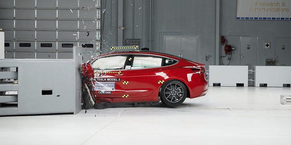 Відео: Tesla Model 3 розбили в краш-тестах