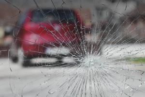 Камень в лобовое стекло: как же ремонтировать?
