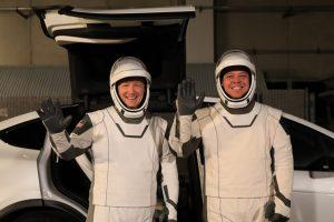 Кросовери Tesla доставлять космонавтів до ракет для відправки на МКС