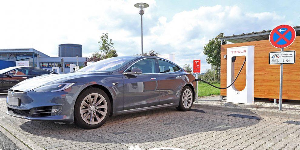 Tesla зробила безкоштовними електрозаправки в Китаї через коронавірус