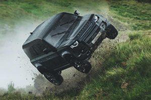 Land Rover Defender в новій частині бондіани: стрибки і гонки по болоту