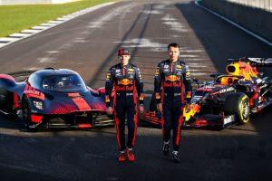Відео: пілоти Формули-1 випробували новий гіперкар Aston Martin