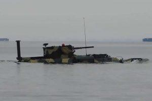 Плаваюча бронетехніка: ЗСУ випробували БТР-4 у воді