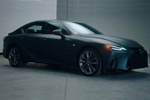 Lexus випустив спортивний седан з вініловим програвачем. Відео